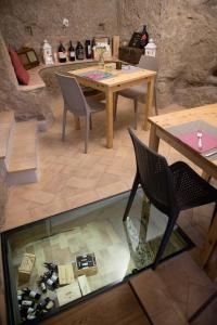 A restaurant or other place to eat at Le Camere Del Ceccottino