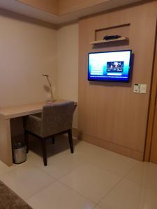 Uma TV ou centro de entretenimento em Flat Premium - Luxo & Conforto