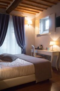 A bed or beds in a room at Le Camere Del Ceccottino