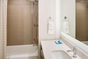 A bathroom at Hyatt House across from Universal Orlando Resort