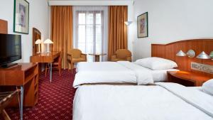Een bed of bedden in een kamer bij Orea Spa Hotel Cristal
