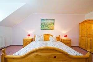 A bed or beds in a room at Hotel Garni Am Klostermarkt