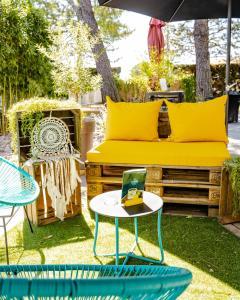 A seating area at Le Safari Hotel Restaurant