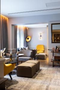 A seating area at Holmes Hotel London