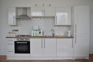 A kitchen or kitchenette at Apartment 2 Hamilton Square