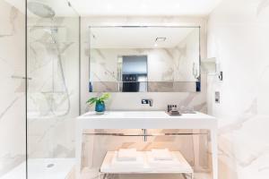 A bathroom at Holmes Hotel London