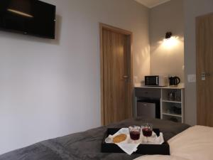 A bed or beds in a room at Glam House Apartments