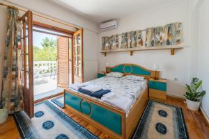 A bed or beds in a room at Villa Ampelos