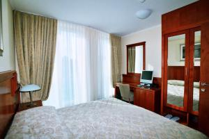 A bed or beds in a room at Hotel Savus