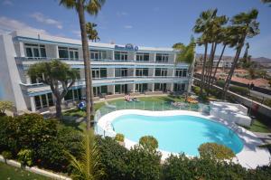 Uitzicht op het zwembad bij Apartamentos Arco Iris of in de buurt