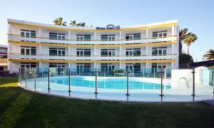 Het zwembad bij of vlak bij Apartamentos Arco Iris