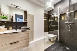 A bathroom at Le Coin de Marie à deux pas du centre ville