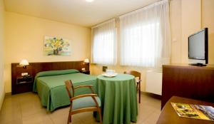 A bed or beds in a room at Hotel La Perla D'Olot