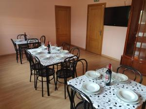 A restaurant or other place to eat at Residencial El Cuartel