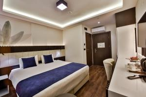 سرير أو أسرّة في غرفة في Kavala Hotel