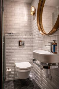 A bathroom at Lord Nelson Hotel