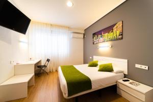 Cama o camas de una habitación en Hotel Centro Vitoria