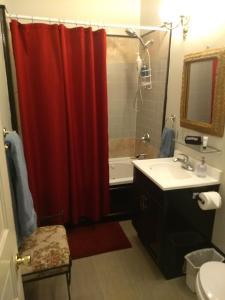 A bathroom at Stone Gables Inn
