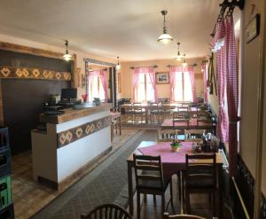 A restaurant or other place to eat at Penzion Javorina