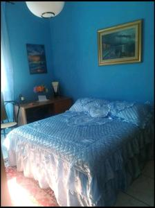 A bed or beds in a room at center room view sea