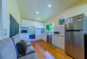 A kitchen or kitchenette at INVERLOCH BEACH HUT - CLOSE TO BEACH AND SHOPS!