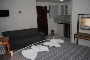 Studios Loukia tesisinde bir odada yatak veya yataklar