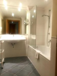 A bathroom at Mauracherhof