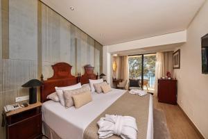 Säng eller sängar i ett rum på Secrets Mallorca Villamil Resort & Spa - Adults Only (+18)