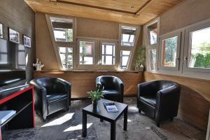 Ein Sitzbereich in der Unterkunft Hôtel Restaurant La Charrue