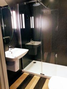 A bathroom at Rennie Mackintosh Hotel - Central Station