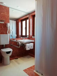 A bathroom at Hotel Rural Quinta Do Pego