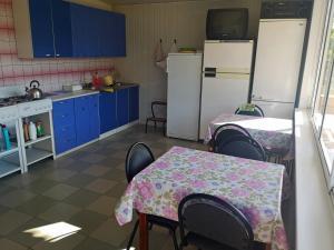 Кухня или мини-кухня в Гостевой дом Цветущий сад