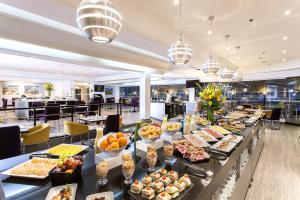 A restaurant or other place to eat at Radisson Bogota Metrotel