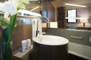A bathroom at Mövenpick Hotel Hamburg