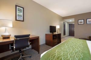 A television and/or entertainment center at Comfort Inn Willow Springs