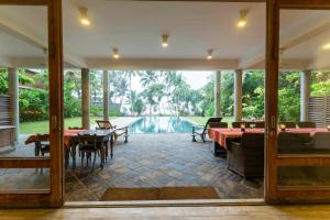A restaurant or other place to eat at Villa Saffron Hikkaduwa