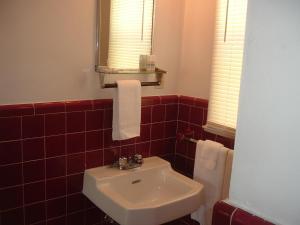 A bathroom at Fels Three Crown Motel