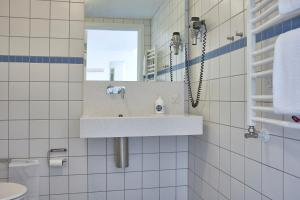 A bathroom at BB-Hotel Aarhus Havnehotellet