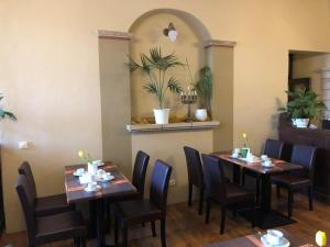 A restaurant or other place to eat at Hotel Brauhaus Wittenberg