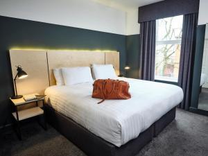 Un ou plusieurs lits dans un hébergement de l'établissement The 1852 Hotel - Smartphone Check-in