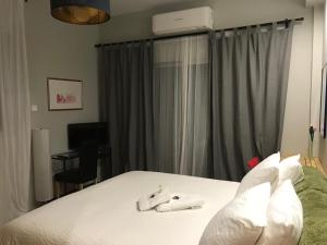 A bed or beds in a room at Irene luxury studio at Strovolos