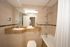 A bathroom at Old Waverley Hotel