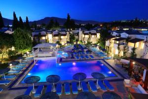 Uitzicht op het zwembad bij Summer Garden Apart Hotel of in de buurt