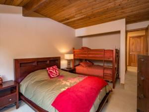 A bunk bed or bunk beds in a room at Olaus House at Red Mountain