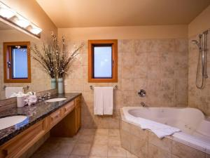 A bathroom at Olaus House at Red Mountain