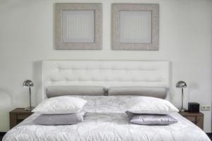 A bed or beds in a room at Hotel Kasteel Doenrade