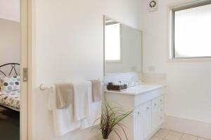 A bathroom at Black Dolphin Motel & Apartments