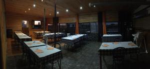 A restaurant or other place to eat at Alojamento L&R (Quartos)