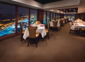 A restaurant or other place to eat at Ala Moana Hotel