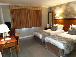 A bed or beds in a room at Red Lion Hotel